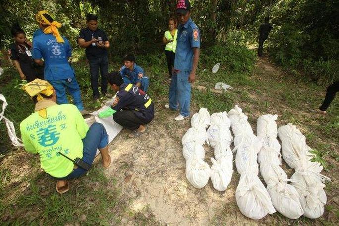 Nhiều thi thể được tìm thấy tại các trại bỏ hoang ở Thái Lan gần đây Ảnh: Bangkok Post
