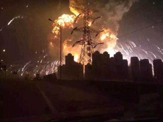 Cảnh cháy nổ khủng khiếp trong đêm Ảnh: Daily Mail