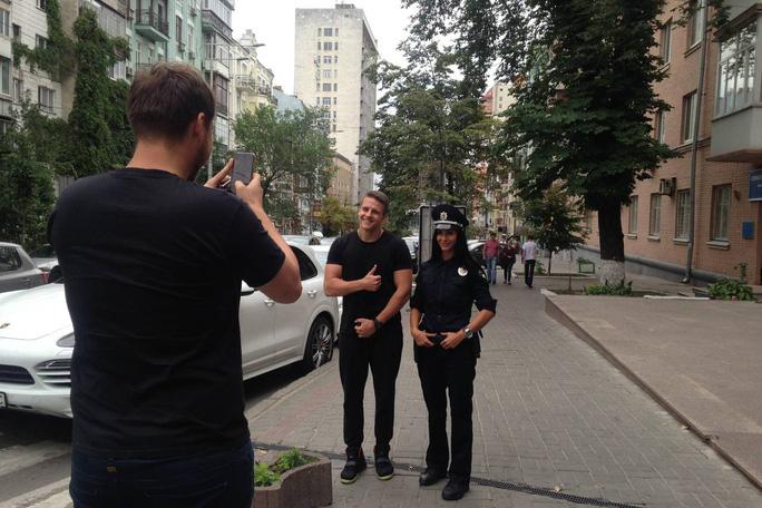 Người dân chụp ảnh cùng cô cảnh sát Ludmila Milevich Ảnh: THE WALL STREET JOURNAL