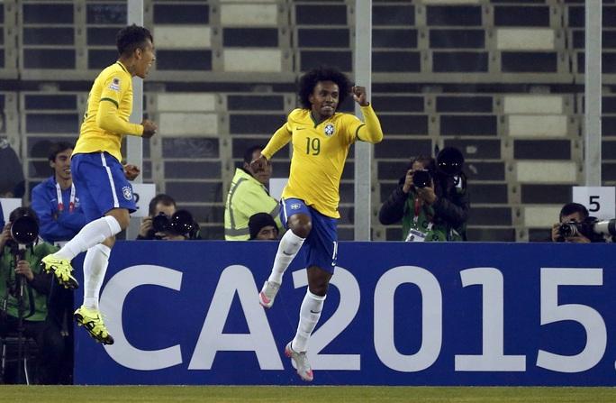 Willian (phải) chơi xuất sắc, kiến tạo cho Firmino ghi bàn nâng tỉ số lên 2-1 ở trận rạng sáng 22-6  Ảnh: REUTERS