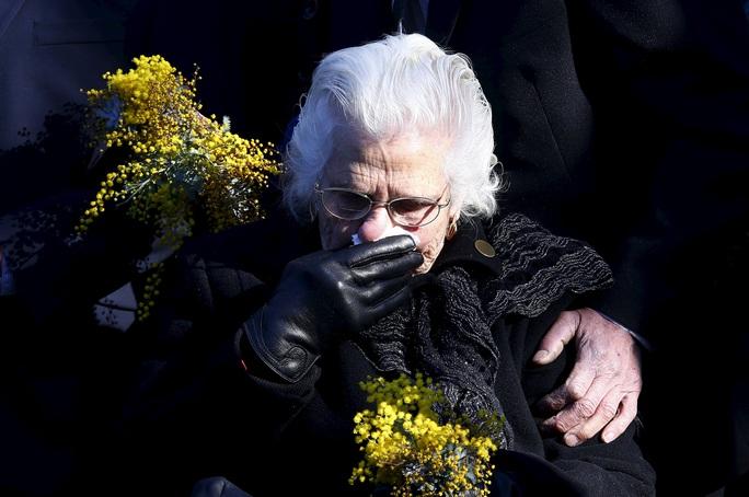Người thân của một nạn nhân ở Úc khóc nghẹn trong lễ tưởng niệm.Ảnh: REUTERS