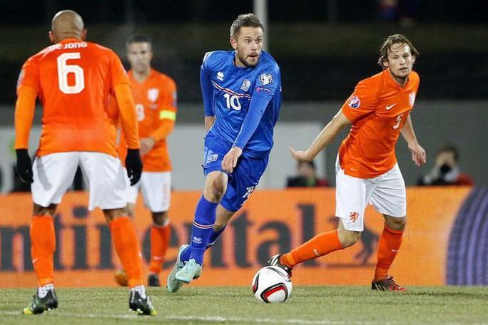 Blind (phải) trong trận lượt đi Hà Lan thua Iceland  của SigurdssonẢnh: REUTERS
