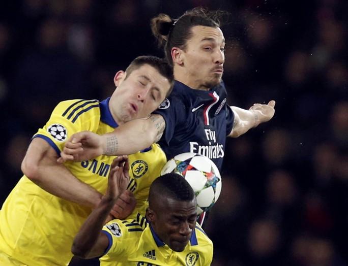 Cuộc tái đấu giữa Ibrahimovic (phải) và hàng thủ Chelsea sẽ rất quyết liệtẢnh: REUTERS