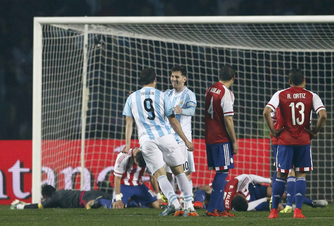 Higuain cảm ơn Messi sau khi ghi bàn thứ tư cho Argentina sáng 1-7Ảnh: REUTERS