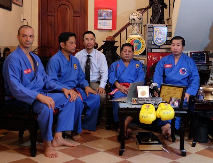 Đạo diễn Ace Cruz (thứ hai từ trái sang) làm việc với võ sư Nguyễn Văn Chiếu và bá tước Rat Sakhorn (bìa phải)