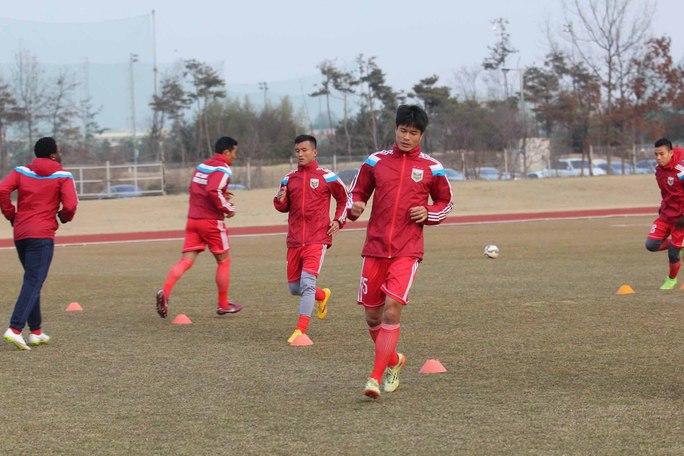 Các cầu thủ B.Bình Dương tập luyện ngày đầu tiên ở Hàn Quốc  Ảnh: HÂN NGUYỄN