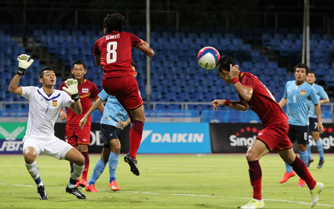 Narubadin Weerawatnodom (phải)mở tỉ số cho U23 Thái Lan Ảnh: REUTERS