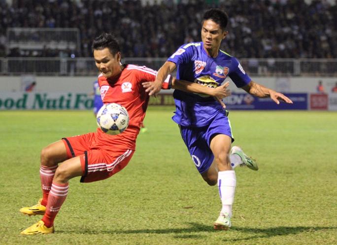 Hoàng Thiên (phải) trong một pha tranh bóng với cầu thủ Đồng Nai