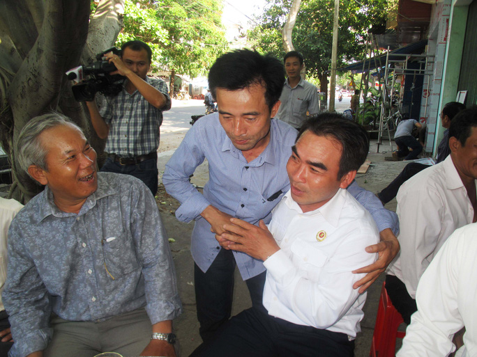 Hai nhân chứng sống của sự kiện Gạc Ma Lê Hữu Thảo (đứng giữa) và Lê Minh Thoa (bên phải) vui mừng trong ngày gặp lại
