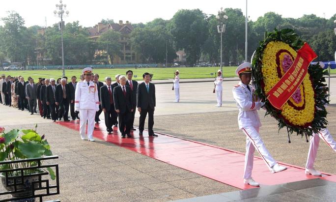 Đoàn đại biểu Ban Chấp hành Trung ương Đảng, Chủ tịch nước, Chính phủ, Quốc hội, Ủy ban Trung ương MTTQ Việt Nam  đặt vòng hoa và vào Lăng viếng Chủ tịch Hồ Chí MinhẢnh: TTXVN