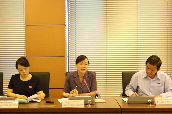"""Đại biểu Nguyễn Thị Quyết Tâm (giữa): """"Đường dân làm, sao phải đóng phí?"""" Ảnh: Phan Anh"""