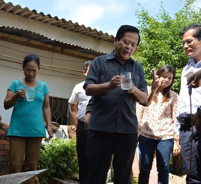Phó Chủ tịch UBND TP HCM Nguyễn Hữu Tín khảo sát nước sạch tại quận 12 cuối năm 2014