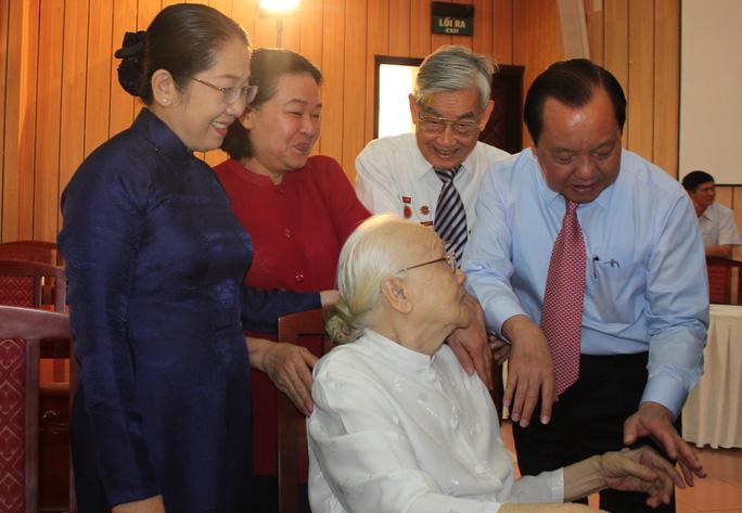 Ủy viên Bộ Chính trị, Bí thư Thành ủy TP HCM Lê Thanh Hải (bìa phải) thăm hỏi phu nhân cố  Tổng Bí thư Nguyễn Văn Linh