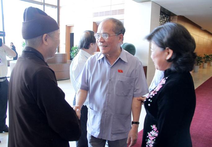 Chủ tịch Quốc hội Nguyễn Sinh Hùng trao đổi với đại biểu trong giờ giải lao tại phiên họp bế mạc Ảnh: THẮNG LONG