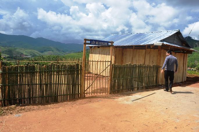 Học sinh thiếu chỗ học nên phụ huynh, giáo viên đã tự xây dựng Trường Mầm non thôn Kon Linh Ảnh: HOÀNG THANH