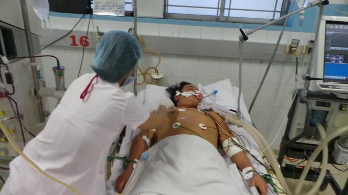 Một người lớn mắc bệnh sốt xuất huyết được điều trị tại Bệnh viện Bệnh nhiệt đới TP HCM