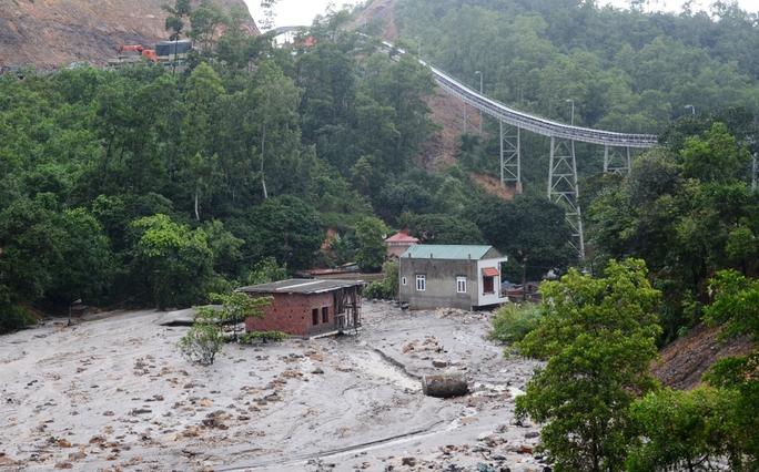 Bãi thải ở Mông Dương bục vỡ trong mưa lũ khiến gần 100 hộ bị vùi lấp