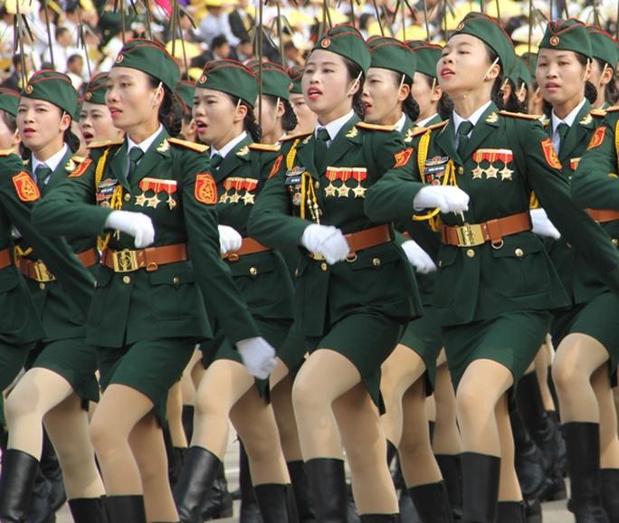 Trong bộ quân phục, các nữ quân nhân xinh đẹp, mạnh mẽ và duyên dáng khiến ai cũng phải ngoái nhìn