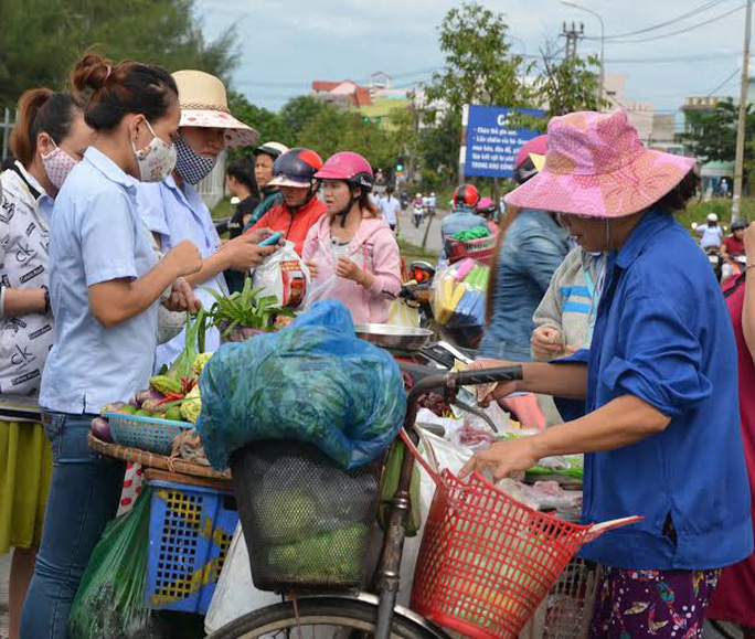 Công nhân khu công nghiệp Hòa Khánh mua thức ăn trước công công ty sau  giờ tan ca