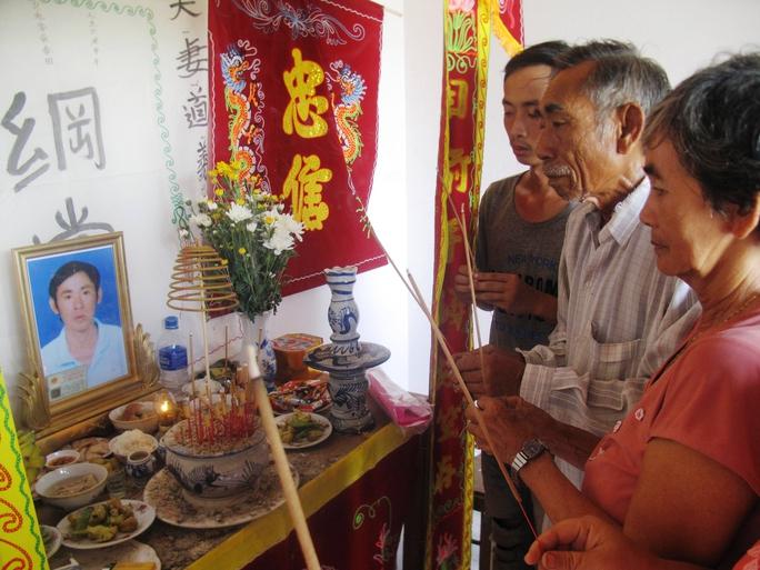 Gia đình ông Phương (giữa) được lãnh đạo huyện xin lỗi khi vội chôn xác con mình