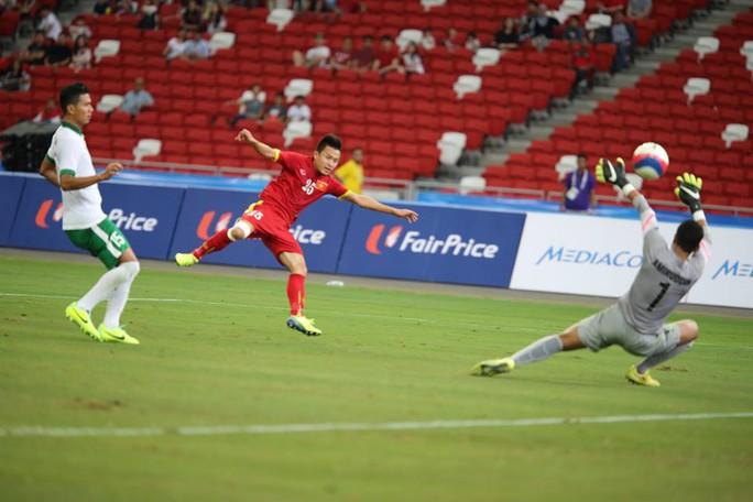 U23 Indonesia (áo trắng) trong trận thua U23 Việt Nam 0-5