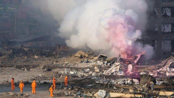 Lính cứu hỏa tại hiện trường. Ít nhất 17 lính đã thiệt mạng. Theo báo chí Trung Quốc, lính cứu hỏa có mặt ở hiện trường trước khi vụ nổ xảy ra để dập tắt một container bị cháy. Ảnh: AP