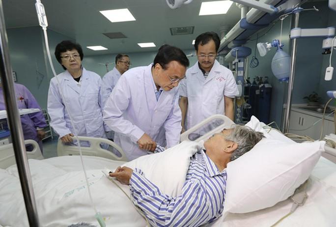 Thủ tướng Trung Quốc Lý Khắc Cường thăm bà Zhu Hongmei. Ảnh: China News