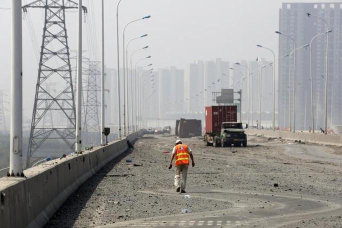 Đường cao tốc gần hiện trường mù mịt tro bụi. Ảnh: Reuters