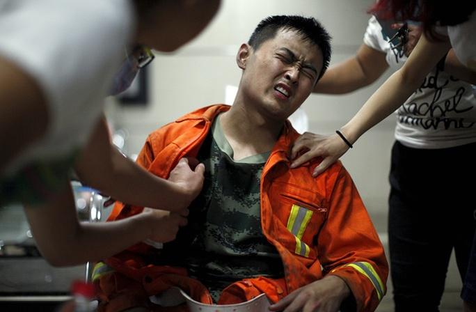Một lính cứu hỏa bị thương. Ảnh: Reuters