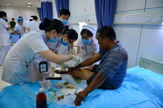 Hơn 500 người bị thương khiến các bệnh viện quá tải. Ảnh: Reuters