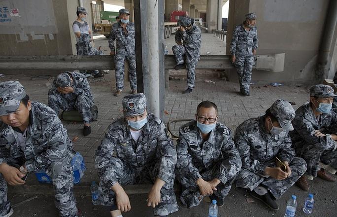 Binh lính nghỉ mệt. Ảnh: Reuters