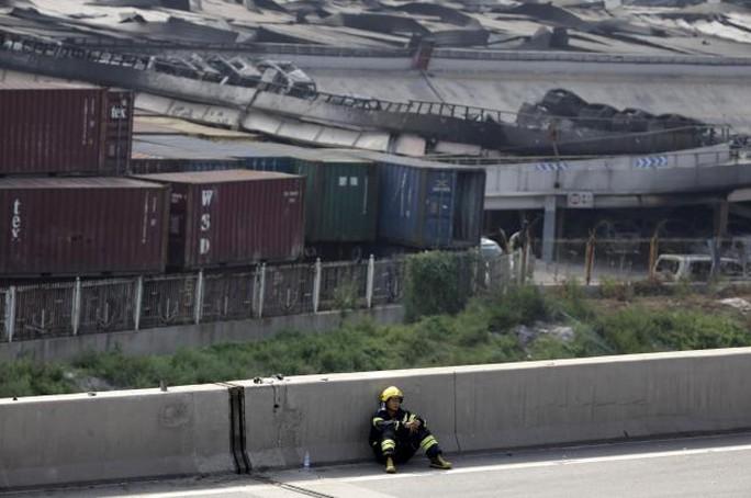 Lính cứu hỏa tạm nghỉ. Ảnh: Reuters