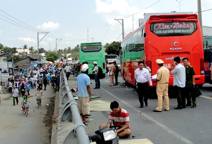 Hai tài xế xe khách đua nhau gây tai nạn thảm khốc tại cầu Ba Si, tỉnh Trà Vinh làm 5 người chết. Ảnh: Phạm Công