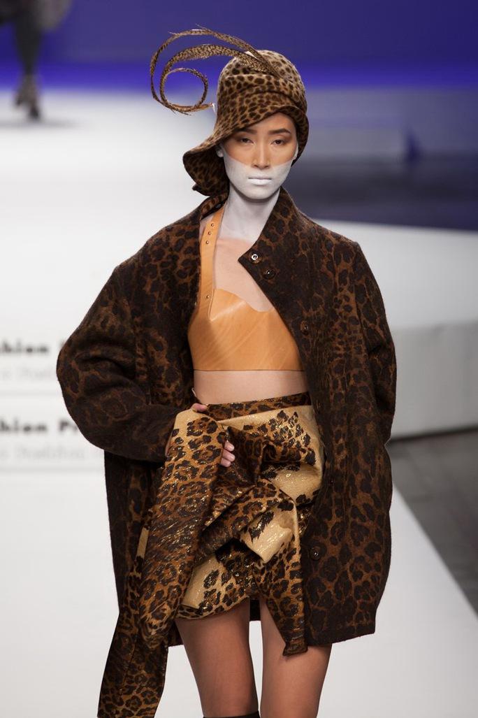 Trang Khiếu trong một buổi diễn thuộc Milan fashion week