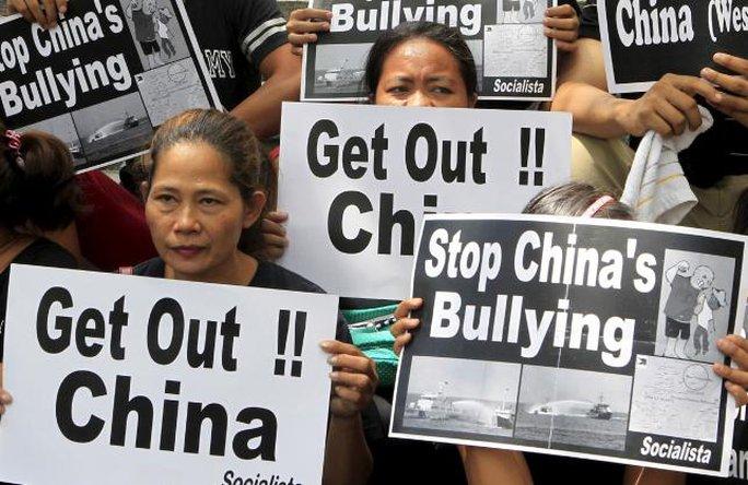 Người dân Philippines tuần hành phản đối Trung Quốc bắt nạt ở biển Đông. Ảnh: Reuters