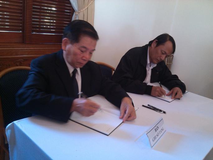 Ông Nguyễn Minh Triết (bìa trái), Nguyên chủ tịch nước xúc động viết vào sổ tang