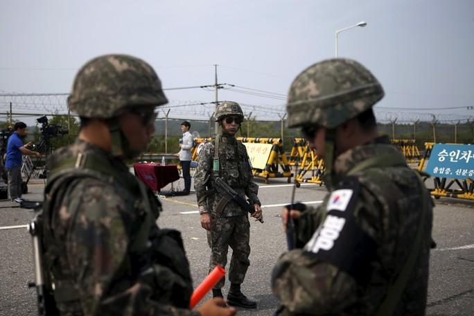 Binh lính Hàn Quốc tại chốt chặn dẫn vào ngôi làng Bàn Môn Điếm hôm 24-8 Ảnh: REUTERS