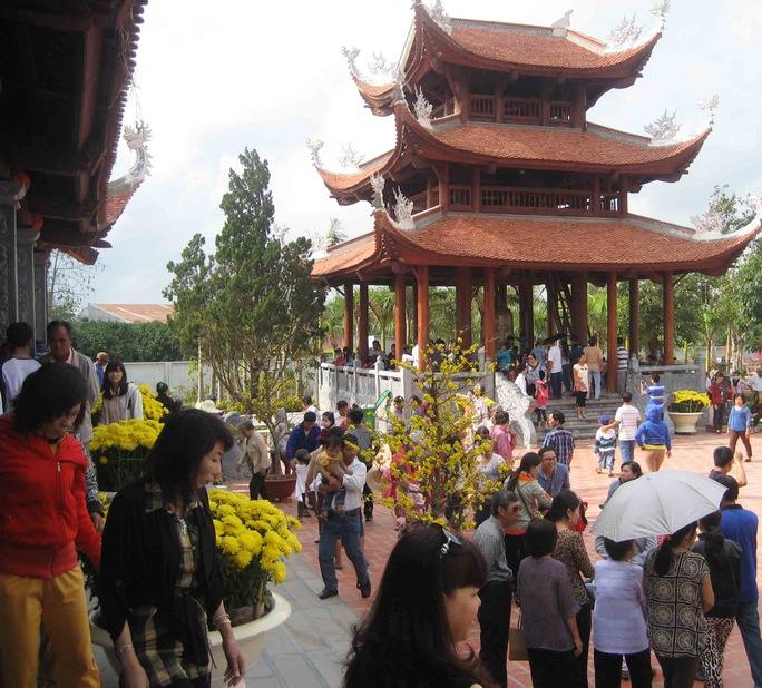Trong những ngày Tết vừa qua, mỗi ngày có khoảng một chục ngàn lượt  khách hành hương đến đây