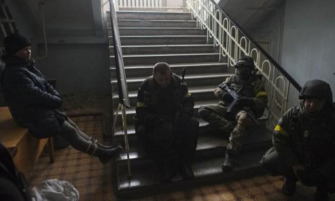 Các binh sĩ Ukraine tập trung trong một trường học ở Debaltseve, Donetsk hôm 30-1. Ảnh: Reuters