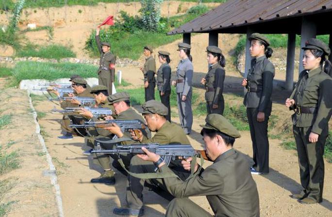Thanh niên Triều Tiên vừa đăng ký nhập ngũ tập luyện tại Bình Nhưỡng hôm 23-8. Ảnh: Reuters