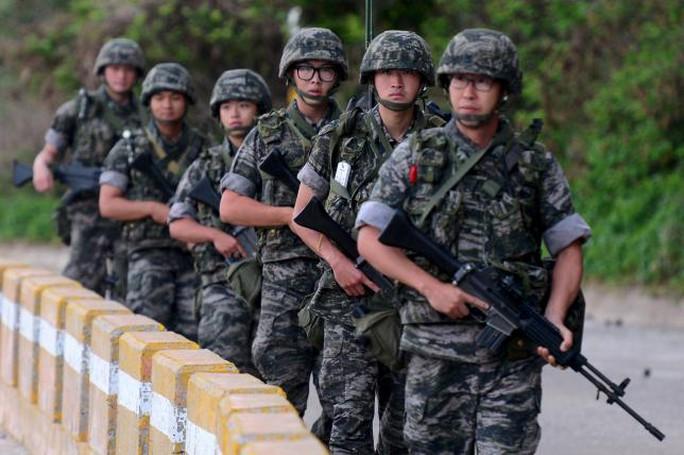 Binh lính Hàn Quốc tuần tra trên đảo tiền tiêu Yeonpyeong hôm 23-8. Ảnh: Reuters