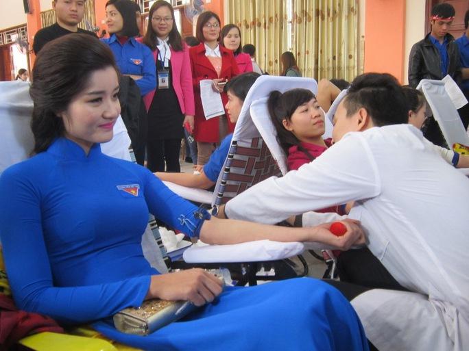 Hiến máu nhân đạo - một nghĩa cử đẹp và thường xuyên của người sài Gòn trẻ - ảnh: Minh họa