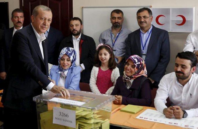 Tổng thống Thổ Nhĩ Kỳ Tayyip Erdogan bỏ phiếu trong cuộc bầu cử quốc hội hôm 7-6. Ảnh: Reuters