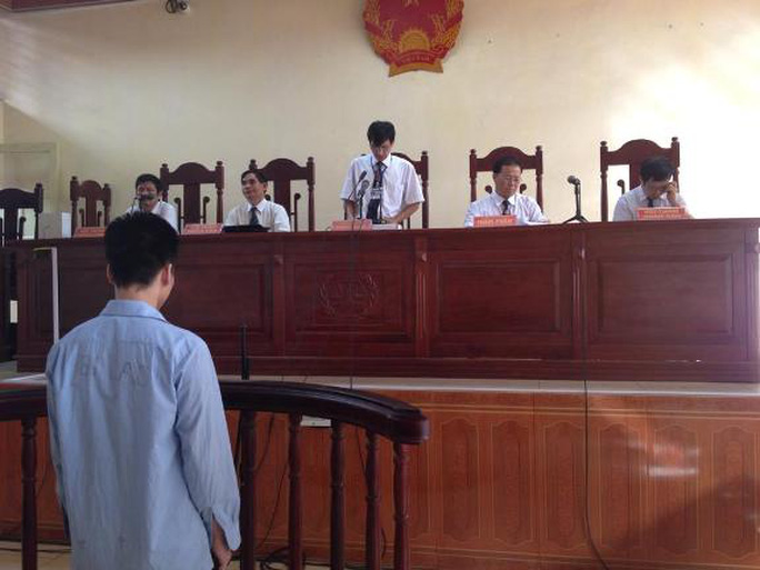 Lý Nguyễn Chung đang nghe tòa tuyên án