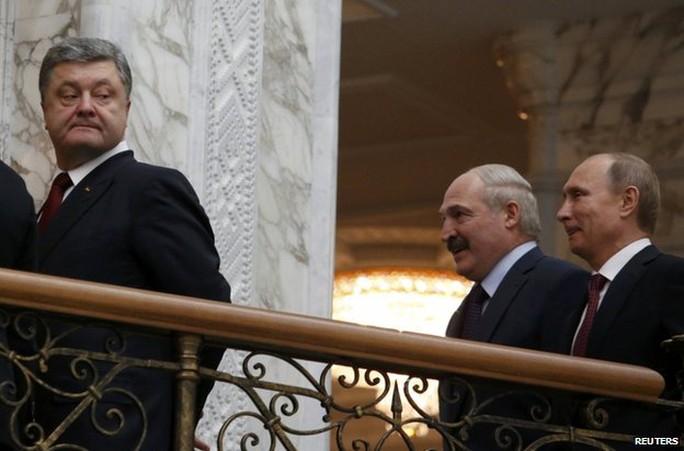 Tổng thống Ukraine hầu như không cười tại hội nghị. Phía sau ông Poroshenko là Tổng thống Belarus Alexander Lukashenko và Tổng thống Nga Putin. Ảnh: Reuters