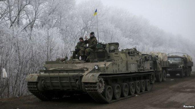 Quân đội Ukraine ở gần TP Debaltseve. Ảnh: Reuters