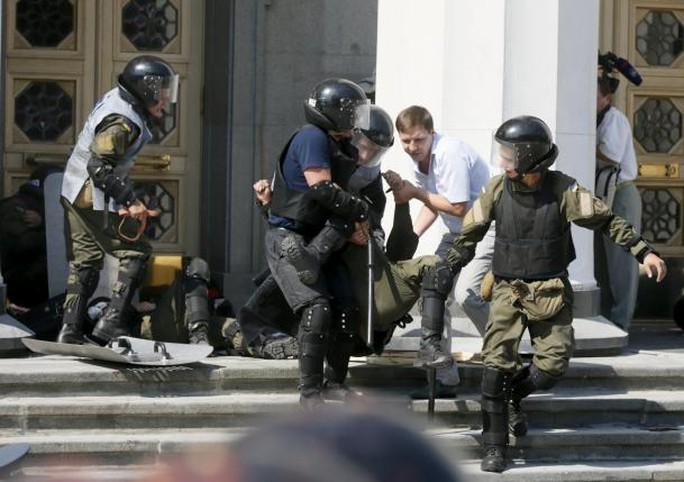 Đưa binh sĩ bị thương rời khỏi hiện trường. Ảnh: Reuters