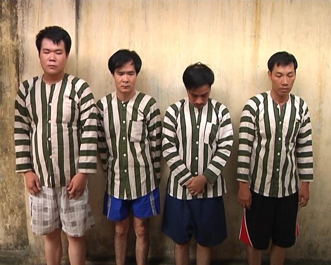 Giám đốc Ngọc (thứ 3 từ trái qua) cùng các đồng phạm