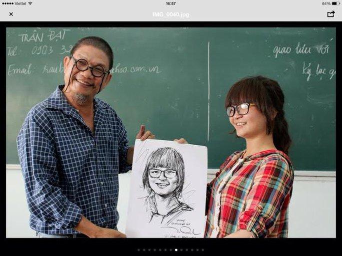 Ông vẽ chân dung một sinh viên của lớp Báo chí K12