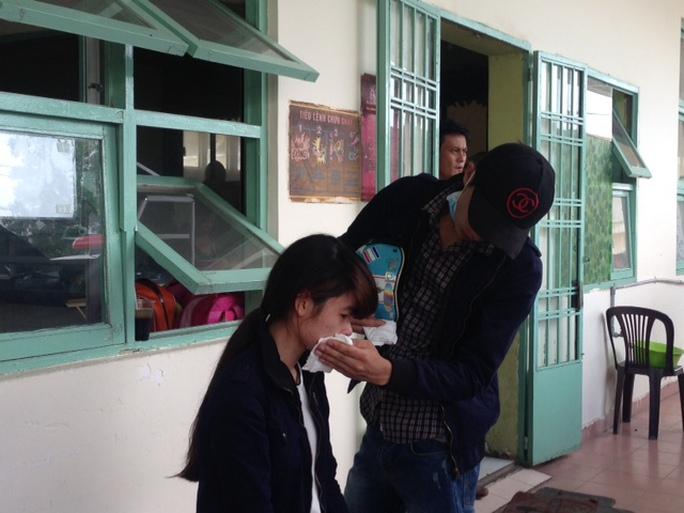Người nhà nạn nhân đau đớn tại bệnh viện